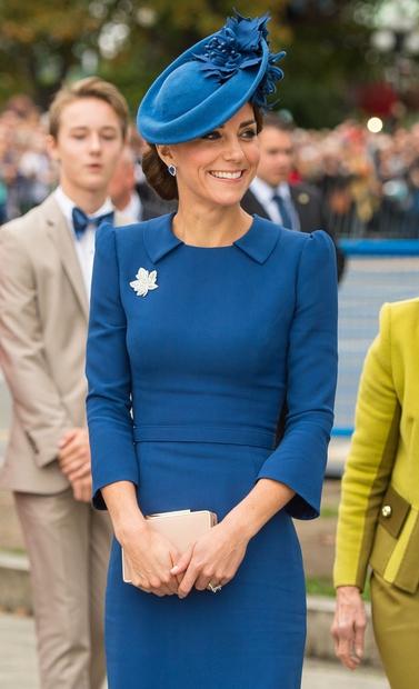 Ko je mlada družinica izstopila iz letala v Kanadi je Kate nosila čudovito obleko znamke Jenny Packham, kateri je pod …