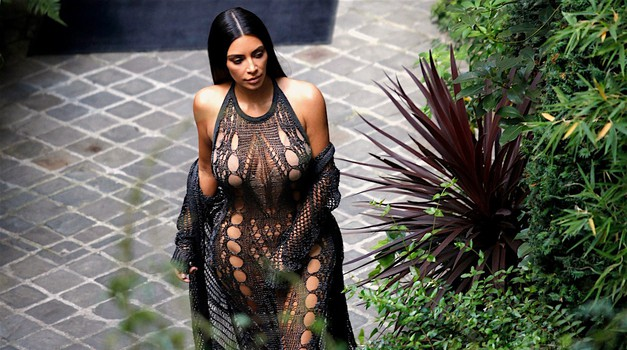 Grozljiva noč za Kim Kardashian, v hotelu sta ji dva moška grozila s pištolo!...