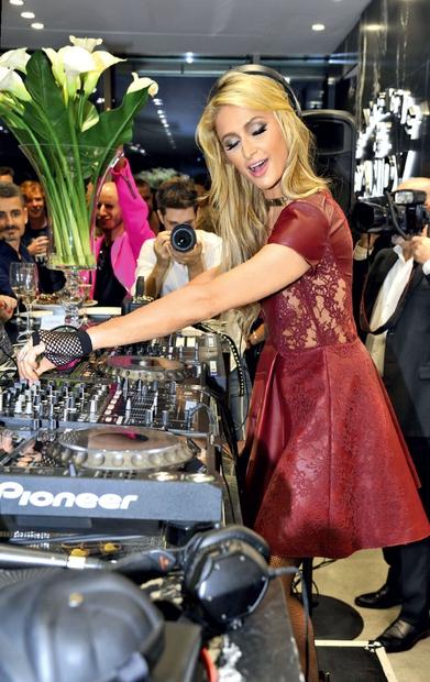 Ameriška dedinja Paris Hilton (35) je nastopila kot didžejka na neki zasebni zabavi znane kozmetične hiše v Beogradu. Paris je …
