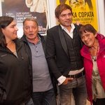 Lada Bizovičarja, ki je režiral predstavo, so ujeli z mamo, očetom in sestro. (foto: Mare Vavpotič in Miro Majcen)