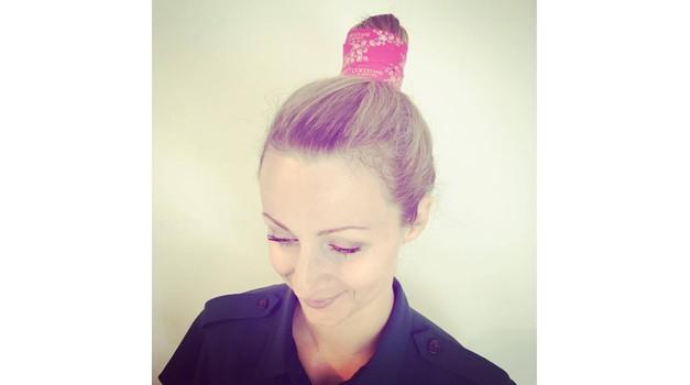 Okrasni trak za lase v stilu Arležank smo pri Cosmopolitanu nemudoma vzeli za svojega. (foto: Cosmopolitan)
