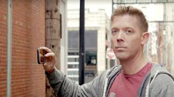 VIDEO: Če je tvoj fant tak, potem je čas za alarm - imaš instagram moža!