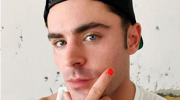 Moški z enim nalakiranim nohtom? Ja, poglej, kakšno čudovito sporočilo nosi ta gesta! (foto: Profimedia)