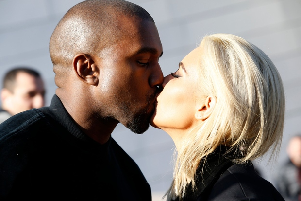 Kim Kardashian in Kanye West kljub dvema otrokoma še vedno najdeta čas za strastne skupne trenutke ...