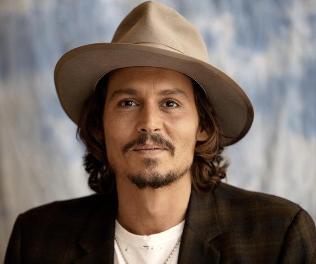 """Johnny Depp s svojim šarmom privlači ženske vseh starosti. Izraz """"ladies' man"""" je ustvarjen prav zanj."""