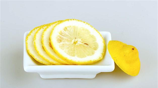 Poglej, kaj se zgodi, če ob posteljo postaviš narezano limono! (foto: Profimedia)