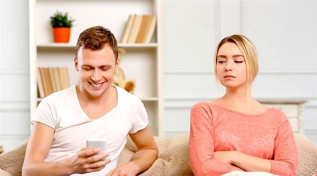 3 znaki, ki kažejo na to, da najbrž nisi edina ženska v njegovem ljubezenskem življenju