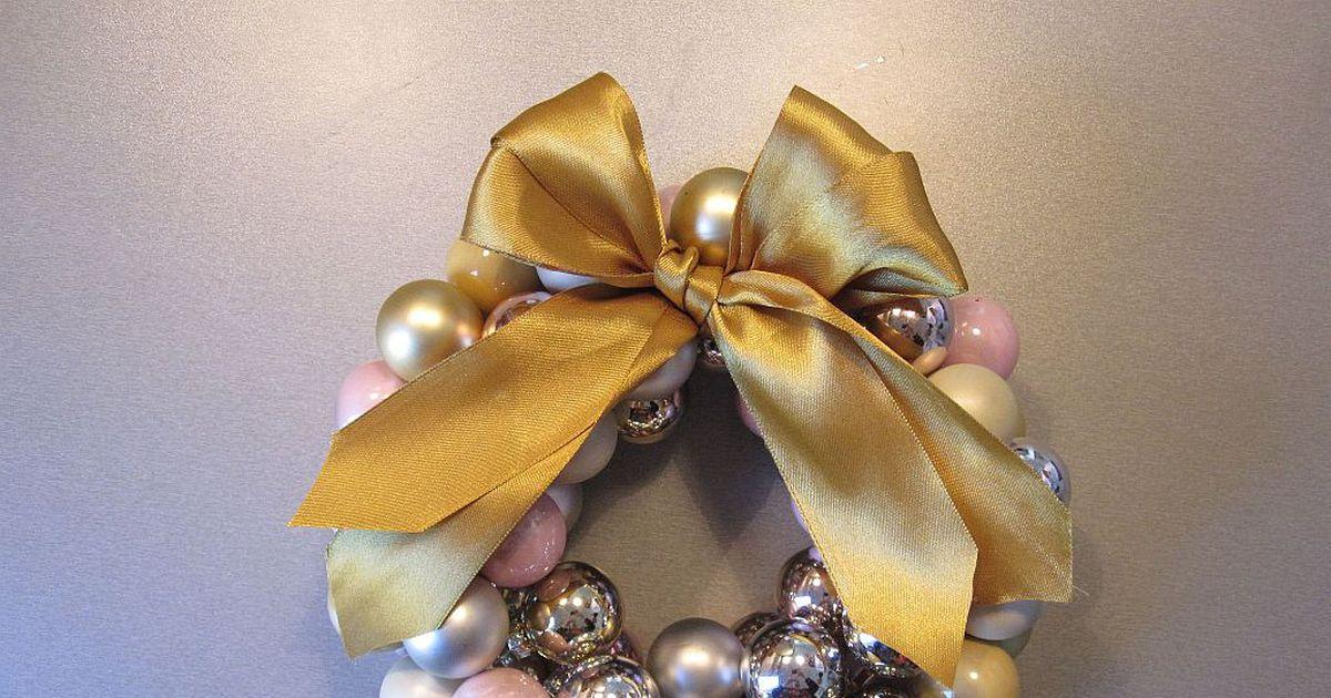 SUPER IDEJA: Iz stare ogrlice ustvari takšen čudovit novoletni venček!