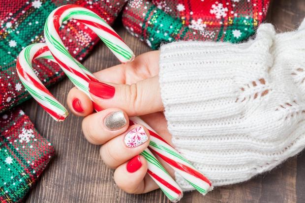 Za december je rdeča barva obvezna! Z njo bodo zaživeli tudi tvoji nohtki. Pobarvaj tri nohte z rdečo barvo, pri …