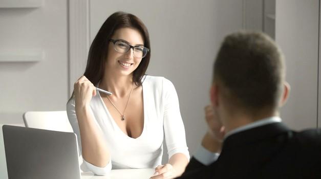 """""""Sem zaročena, a obenem zapletena v intenzivno spogledovanje s sodelavcem"""" (bralke sprašujete, naš novinar Darjo odgovarja) (foto: Profimedia)"""