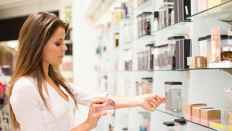 To je pravi način, kako nanašati parfum! (foto: Profimedia)