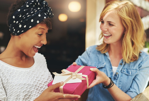 S klikom na gumb NAPREJ odkrij najlepša darila za tvojo prijateljico ...