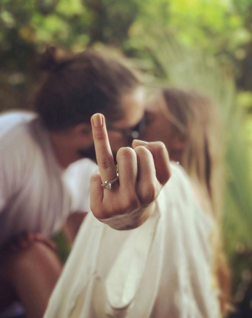 Na fotografiji, ki jo je objavila na Instagramu in na kateri se poljublja s svojim novopečenim možem, pomočnikom režiserja Tomom ...