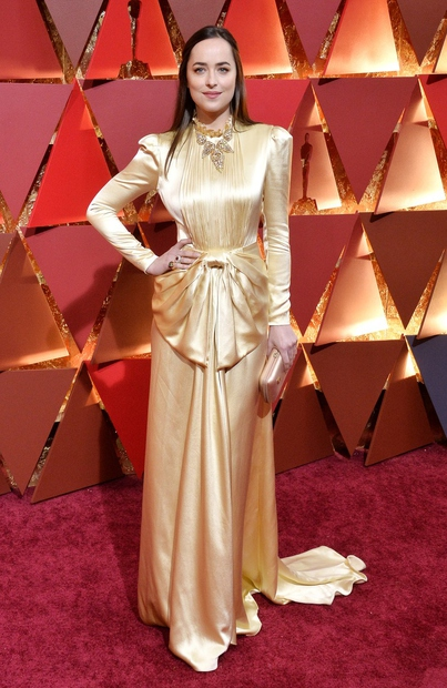 Dakota Johnson se je po rdeči preprogi sprehodila v zlatem.