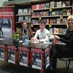 Branka Fišer, urednica knjige se je na predstavitvi pogovarjala z glasbenim urednikom Janetom Webrom in prevajalcem Simonom Demšarjem. (foto: Učila International)