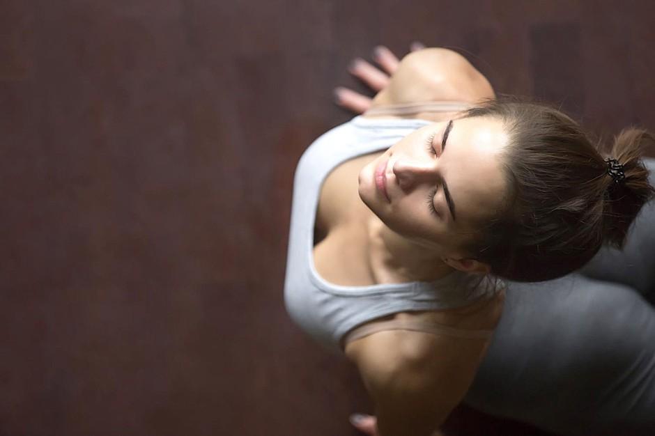VIDEO: 15 min jutranja joga, ki bo tvoji utrujeni koži povrnila sijaj