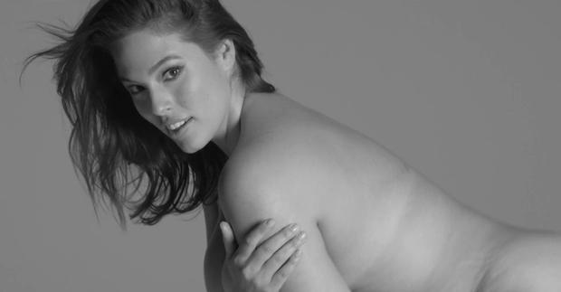 FOTO: Močnejša manekenka Ashley Graham navdušuje v novi kampanji za 'plus-size' oblačila