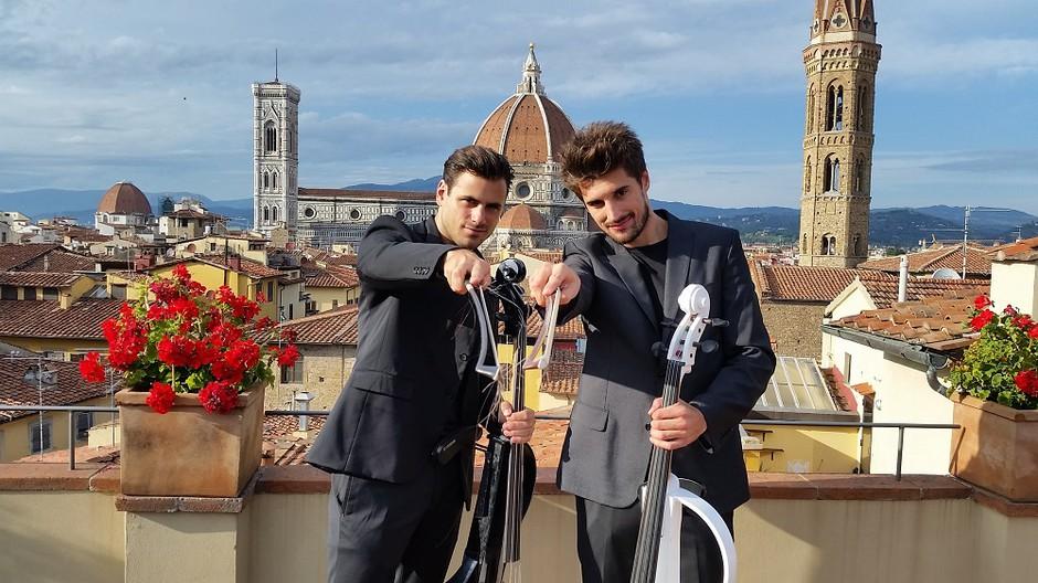 Dobrodelna 2Cellos projektu Botrstvo v Sloveniji podarjata lok za violončelo (foto: Simone Di Luca)