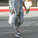 Kourney Kardashian v Vans Old Skool (foto: Profimedia)