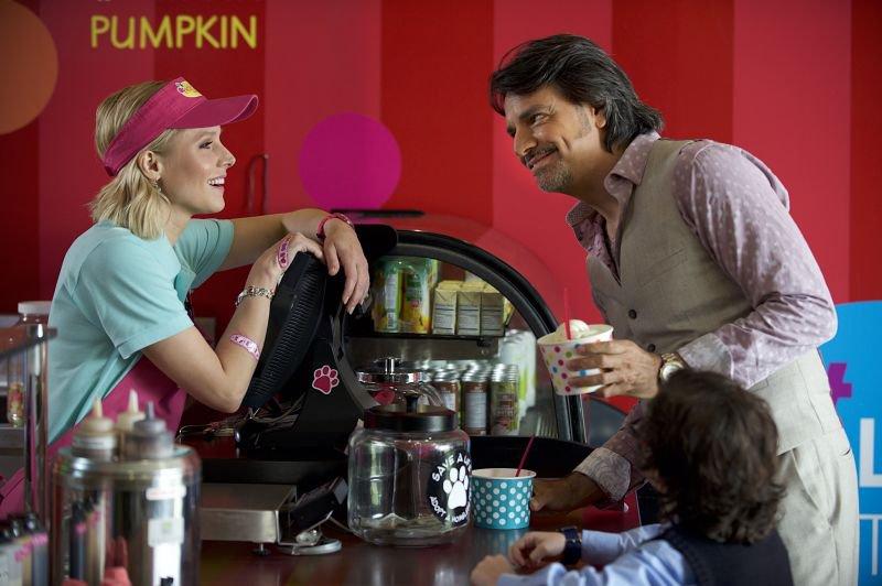 Eugenio Derber kot Maximo in Kristen Bell kot Cindy
