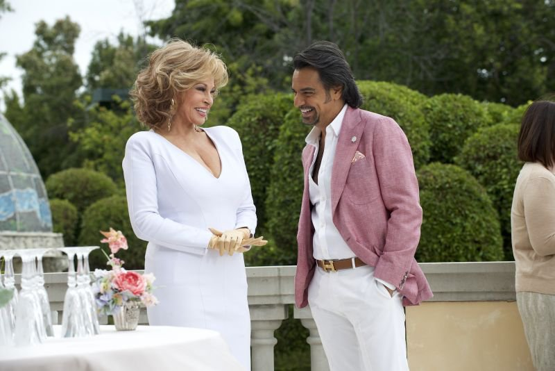 Eugenio Derbez kot Maximo in Raquel Welch kot Celeste