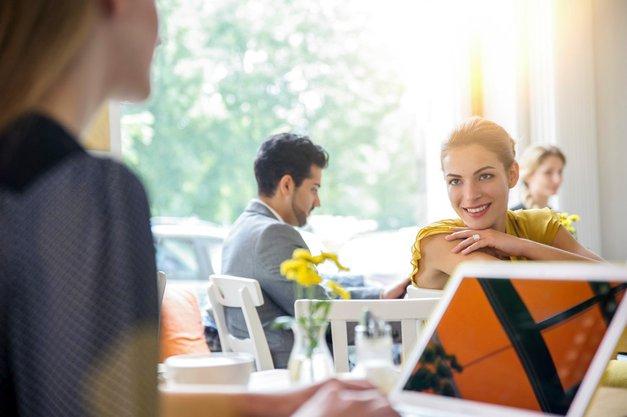 Kako obvladati lahkotne pogovore (in pri tem ohraniti mirne živce)? (foto: Profimedia)