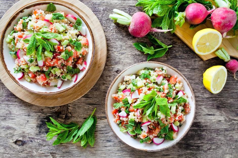 Kosilo na hitr'co: 5 zdravih solatnih krožnikov za poletno osvežitev (foto: Profimedia)