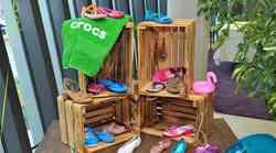 Pozabi na klasične Crocsice! Novi modeli so takšni, da jih lahko oblečeš tudi za v mesto