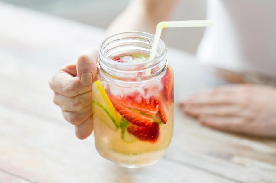 Pripravi si TA preprost napitek, ki bo pomagal sčistiti tvoje črevesje! (foto: Profimedia)