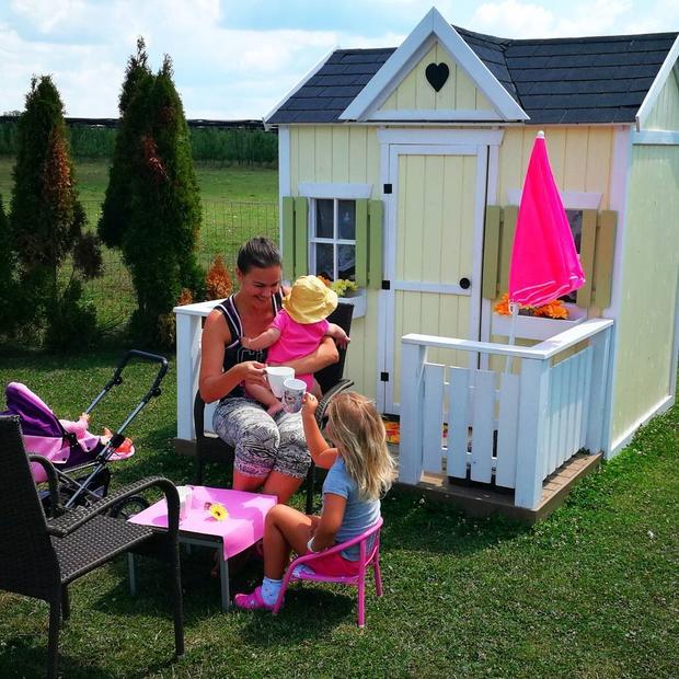 Rebeka Dremelj letošnje poletje preživlja v družbi svojih dveh hčerkic Šajane in Sije. Na Facebooku je včeraj objavila to fotografijo …