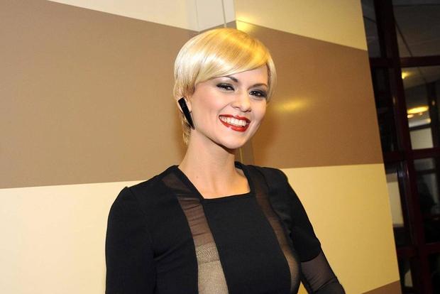 Leta 2010 se je Nina občasno za potrebe šovov spogledovala z lasuljami. To je super način za hitro spremembo pričeske, ...