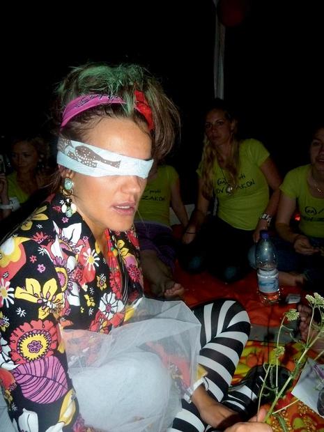 Rebeka Dremelj se je (sicer že nekaj let nazaj) odločila za precej drzno žensko zabavo. Prijateljice je odpeljala na breg …