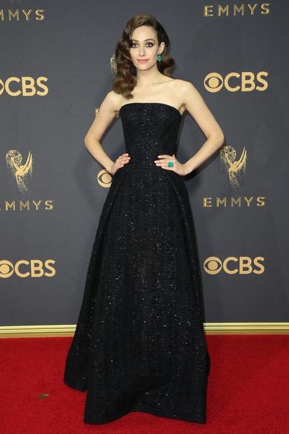 Filmsko igralko Emmy Rossum tokrat postavljamo na prvo mesto. Črna dolga obleka z bleščicami in nakit v zeleni barvi. Osupljiva …
