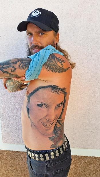 Marijan Novina ima na stranskem delu trupa vtetoviran obraz svoje žene Petre (oglej si fotke z njune poroke TUKAJ: http://bit.ly/porokaNovina). …
