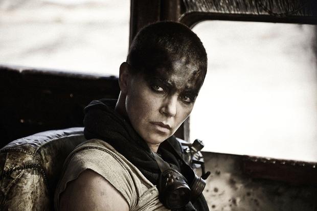 ...si je za vlogo v filmu Pobesneli Max: Cesta besa, popolnoma obrila glavo.