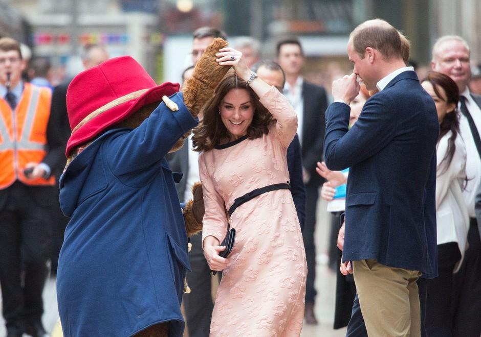 VIDEO: Moraš videti, kako nosečka Kate Middleton pleše na železniški postaji! (foto: Profimedia)