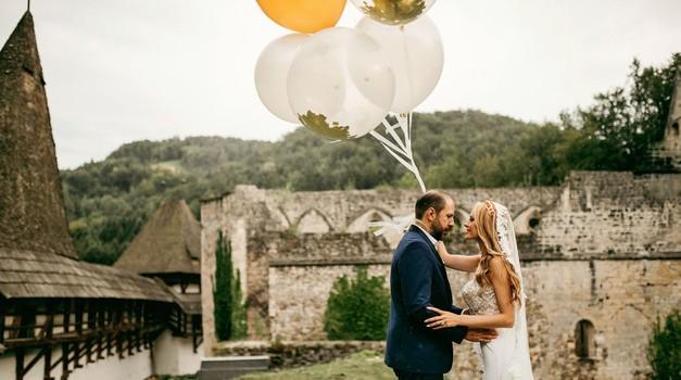FOTO: Sanjska poroka s petimi poročnimi oblekami