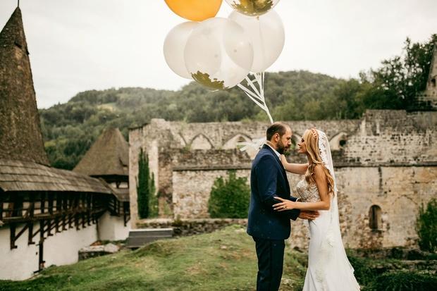 Pri nas je le malo porok, za katere se poročni par in vsi svatje tako potrudijo, kot so se za …