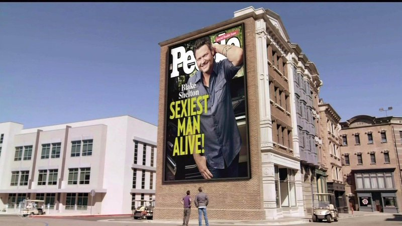 Blake in Adam pred jumbo plakatom naslovnice revije People