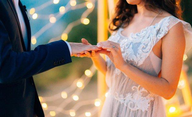 Ali veš, zakaj nosimo poročni prstan na prstancu? (foto: Profimedia)