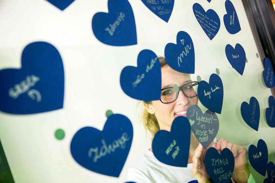 To je razlog, zakaj bomo v februarju okna svojih domov krasili z modrimi srci (foto: Promocijsko gradivo)