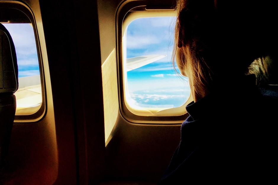 TO je razlog, da okna na letalu niso poravnana s sedeži! (foto: Unsplash.com/Tim Gouw)