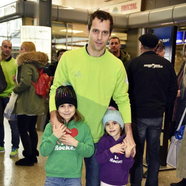 Danes imata že dve hčerkici, ki sta športnika pospremili na letališče in ki za očija vedno zelo glasno navijata. Poglej …