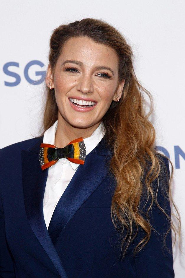 Blake Lively je navdušila z novo modno kombinacijo, saj je suknjič kombinirala z ... (foto: Profimedia)