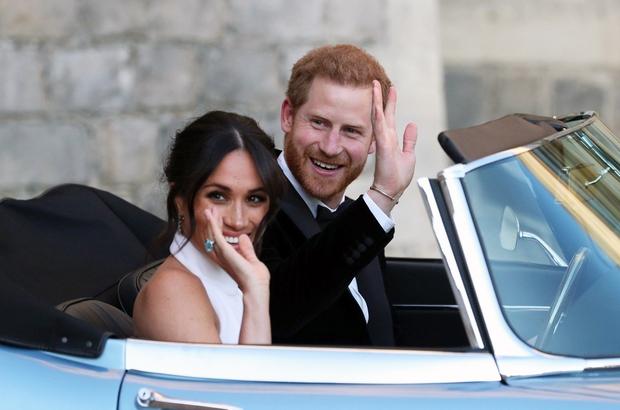 1. Eden najbolj 'zapomljivih' trenutkov je zagotovo ta, ko je Harry odpeljal Meghan z modrim starodobnim Jaguarjem na poročno zabavo.