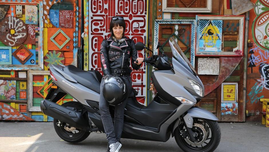 """""""Verjetno si vaščani zdaj predstavljajo, da je moj novi šocl moto diler"""" (#motoristkindnevnik št. 8) (foto: helena Kermelj)"""
