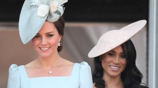 TO je razlog, zakaj je Meghan Markle na kraljičnem rojstnem dnevu morala stati za Kate Middleton