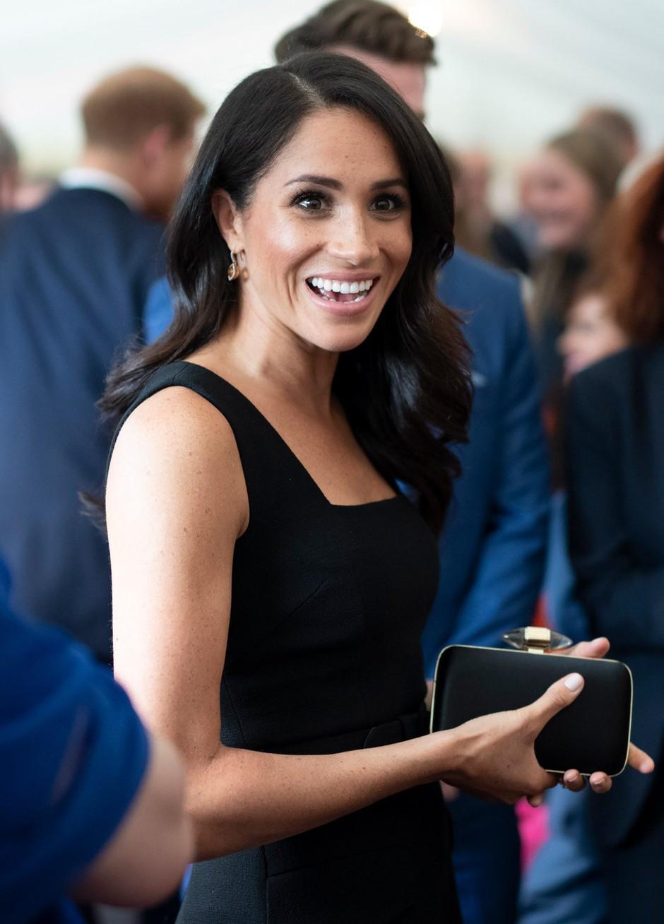 Meghan Markle nosila čudovito obleko, ki je ZELOOO podobna njeni poročni oblekici. Poglej ti TO! (foto: Profimedia)
