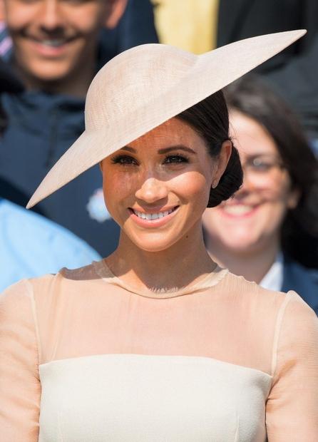 Meghan je že nekaj dni po poroki popolnoma očarala v tej nežni modni kombinaciji in klobuček je zagotovo poskrbel za ...