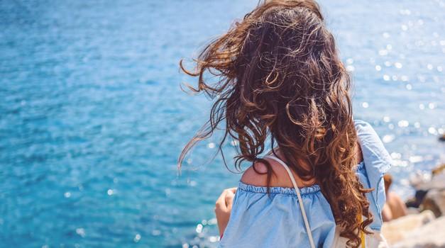 Lepotni trik, ki te bo rešil mastnih las (na potovanju)
